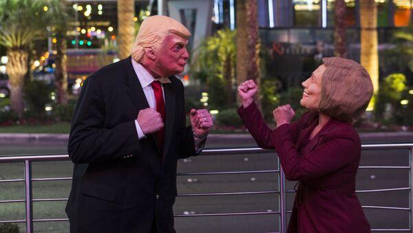 Trump ve Demokrat rakibi Clinton'ın maskelerini giymiş aktörler Las Vegas'ta insanları eğlendiriyor. - Sputnik Türkiye