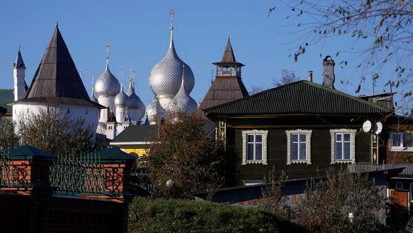 Yaroslavl bölgesinde bulunan Rostov Kremlini'nin ve evlerin manzarası. - Sputnik Türkiye
