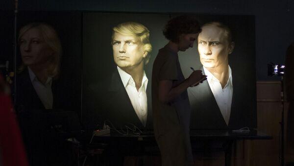 ABD'nin 45. Başkanı Donald Trump ve Rusya Devlet Başkanı Vladimir Putin'in Moskova'da bulunan Union Jack barındaki portreleri. - Sputnik Türkiye