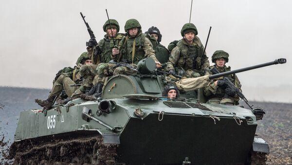 Rus askerleri  Rusya, Belarus ve Sırbistan hava kuvvetlerine bağlı paraşütçü birliklerinin 'Slav kardeşliği-2016' adlı ortak tatbikatına katıldı. - Sputnik Türkiye