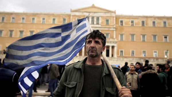 A farmer carries a Greek flag in front of the parliament during a protest against planned pension reforms in Athens, Greece February 12, 2016. - Sputnik Türkiye