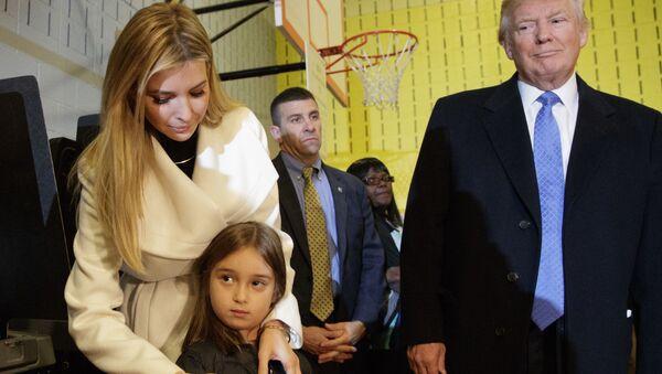 Donald Trump, kızı İvanka ve torunu Arabella ile birlikte New York'ta. - Sputnik Türkiye
