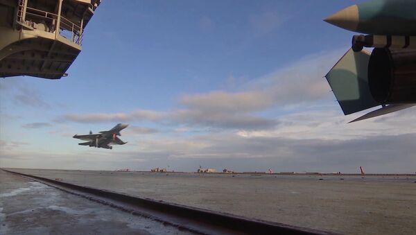 Su-33 avcı uçağı, Amiral Kuznetsov uçak kruvazörüne iniyor. - Sputnik Türkiye