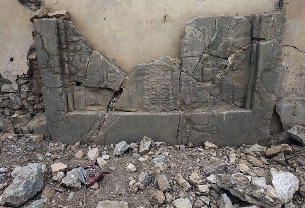 Irak'taki Nimrud antik kentindeki taş levhalar. - Sputnik Türkiye