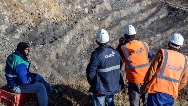 İşçiler, Siirt Şirvan'da heyelan altında kalan bakır madenini inceliyor. - Sputnik Türkiye