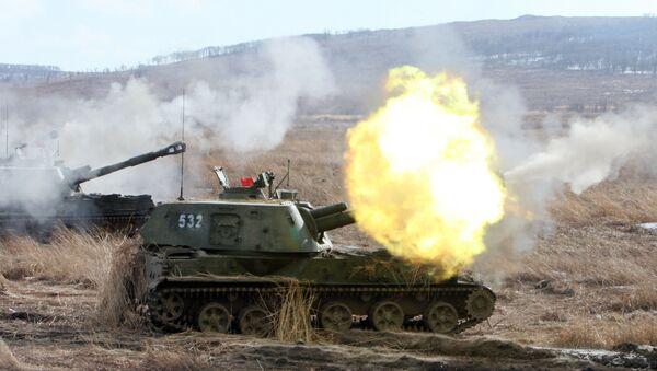 Rusya'nın Primorski bölgesinde topçu birliklerinin tatbikatlarında kullanılan 2C3 Akasya motorlu topçu sistemi. - Sputnik Türkiye