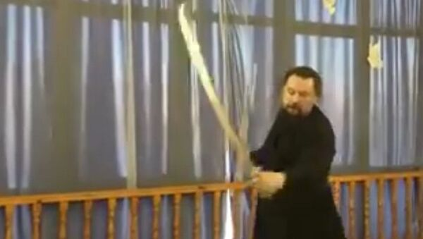 Rusya'nın Yamalo-Nenets Özerk Bölgesi'ndeki Gubkinskiy kentindeki Aziz Nikolay Kilisesi'nin başrahibi Valeriy Kolesnikov kılıç kullanmadaki becerisiyle izleyenleri büyüledi. - Sputnik Türkiye