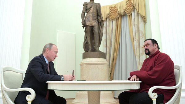 Rusya Devlet Başkanı Vladimir Putin ve oyuncu Steven Seagal - Sputnik Türkiye