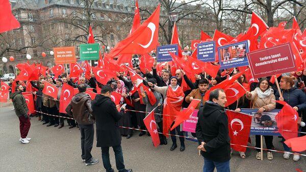 """Strazburg'da """"Teröre Lanet, Demokrasiye Davet mitingi - Sputnik Türkiye"""