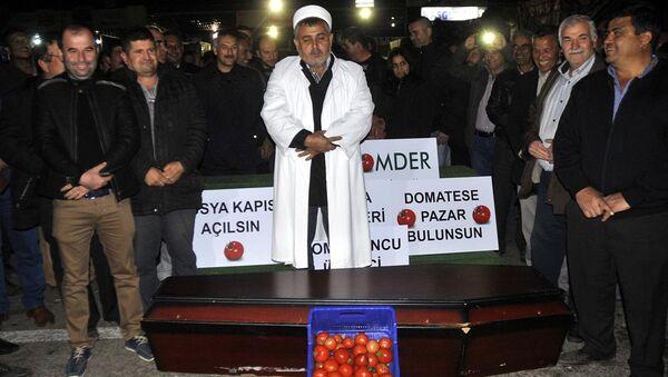 Antalya'da, domates ihracındaki engellerin kaldırılmasına yönelik çalışma yapılmasını isteyen üretici, durumu protesto için içinde domates bulunan tabut önünde temsili cenaze namazı kıldı. - Sputnik Türkiye
