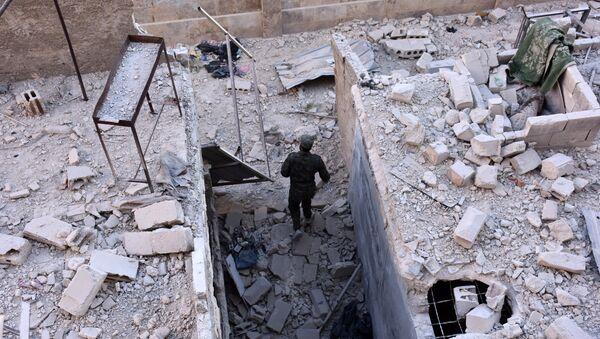 Halep'teki Hanono mahallesinde bir Suriye askeri devriye geziyor - Sputnik Türkiye