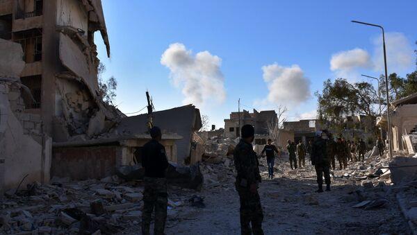 Suriye askerleri Halep'te cihatçılardan temizlenen bir mahallede - Sputnik Türkiye