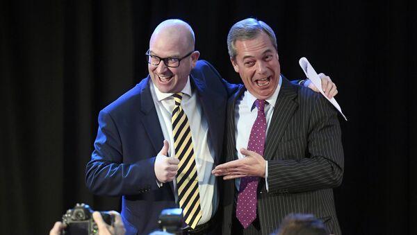 UKIP'in eski ve yeni liderleri Nigel Farage ve Paul Nuttall - Sputnik Türkiye