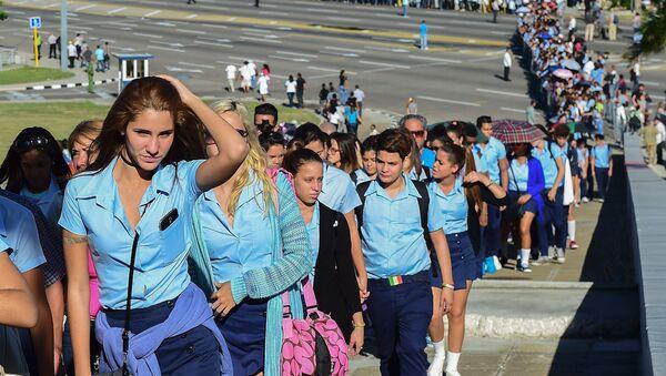 Castro'yu anmak için bugün ve yarın boyunca Devrim Meydanı'na binlerce kişi akın ediyor - Sputnik Türkiye