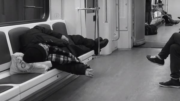 Rus fotoğrafçı Aleksey Domraçev, Rusya'nın başkenti Moskova'da her gün işe gidip gelirken kullandığı metroyu 5 yıl boyunca cep telefonu ile görüntüledi. Domraçev, çektiği görüntüleri tek bir videoda birleştirdi. - Sputnik Türkiye