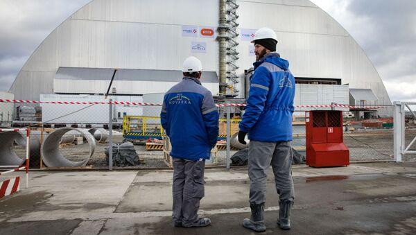 Çernobil nükleer santralinin 4. reaktöründeki 'Ukritiye' (Sığınak) tesisi üzerindeki kemerin yanındaki çalışanlar. - Sputnik Türkiye