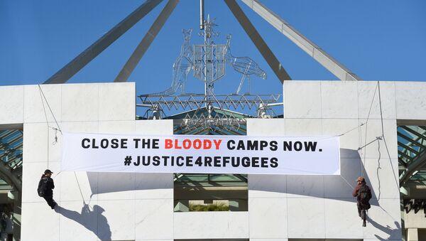 Avustralya Parlamentosunda sığınmacılara destek pankartı - Sputnik Türkiye