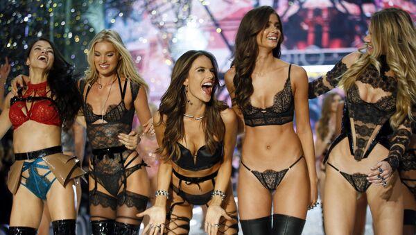 Victoria's Secret melekleri bu yıl da büyüledi - Sputnik Türkiye