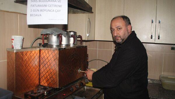 Sakarya'nın Sapanca ilçesinde çay ocağı işleten esnaf Selçuk Nalbantoğlu, döviz bozduran vatandaşlara gün boyu ücretsiz çay veriyor. - Sputnik Türkiye