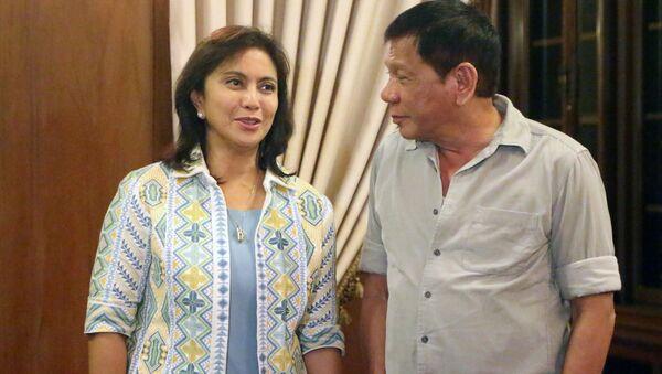 Filipinler Devlet Başkanı Duterte (sağda) ile yardımcısı Leni Robredo (solda) - Sputnik Türkiye