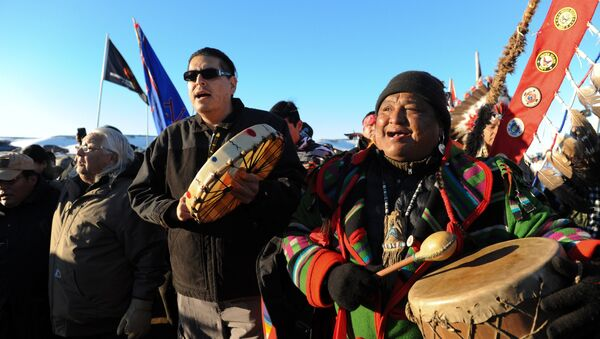 Standing Rock Kabilesi Şefi 2. Dave Archambault (solda) ve diğer eylemciler kararın ardından kutlama yaptı - Sputnik Türkiye