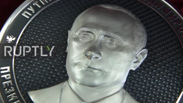 Rusya'nın Çelyabinsk Bölgesi'ndeki Zlatoust kentinde Rusya Devlet Başkanı Vladimir Putin'in siluetinin yer aldığı 1 kilo ağırlığında som gümüşten bir hatıra parası yapıldı. - Sputnik Türkiye