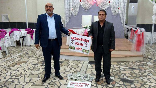 Mersin'in Erdemli ilçesinde Cumhurbaşkanı Erdoğan'ın vatandaşlara 'Elinizdeki dolarları bozdurun' çağrısı üzerine düğün salonu sahipleri de başlattığı kampanya ile destek verdi. - Sputnik Türkiye