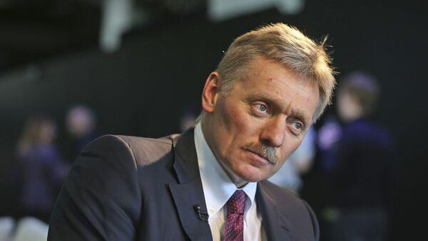 Kremlin press secretary Dmitry Peskov talks to a reporter in New York, Thursday, Nov. 10, 2016. - Sputnik Türkiye