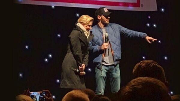 Hollywood yıldızları Scarlet Johansson ve Chris Evans, İncirlik'teki ABD askeri üssünde şov düzenledi - Sputnik Türkiye