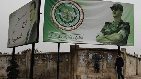 Suriye Devlet Başkanı Beşar Esad'ın fotoğrafının yer aldığı bir reklam panosu, Halep. - Sputnik Türkiye