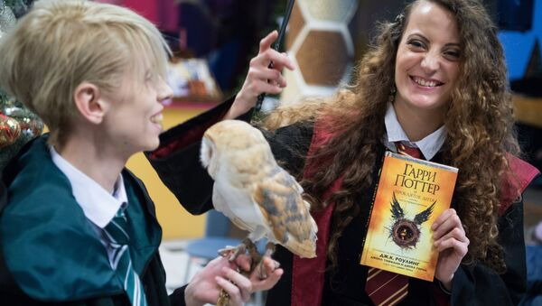 İngiliz yazar J.K Rowling'in ilk 7 kitabı satış rekorları kıran Harry Potter serisinin yeni kitabı 'Harry Potter ve Lanetli Çocuk', Rusya'daki raflarda yerini aldı. - Sputnik Türkiye