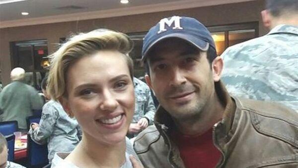 Amerikalı ünlü oyuncu Scarlett Johansson ve Chris Evans Amerikan askerlerine moral vermek için Adana'da bulunan İncirlik Hava Üssü'ne geldi. Adanalı bir genç de, üsse girerek ünlülerle fotoğraf çektirip sosyal medyada paylaştı. - Sputnik Türkiye