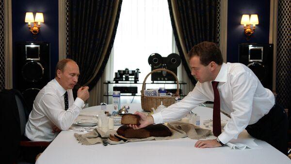 Rusya Devlet Başkanı Vladimir Putin ve Başbakan Dimitriy Medvedev (2010) - Sputnik Türkiye