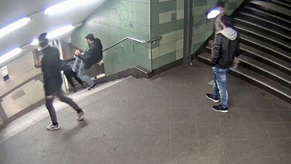 Berlin'deki kadına tekmeli saldırı - Sputnik Türkiye