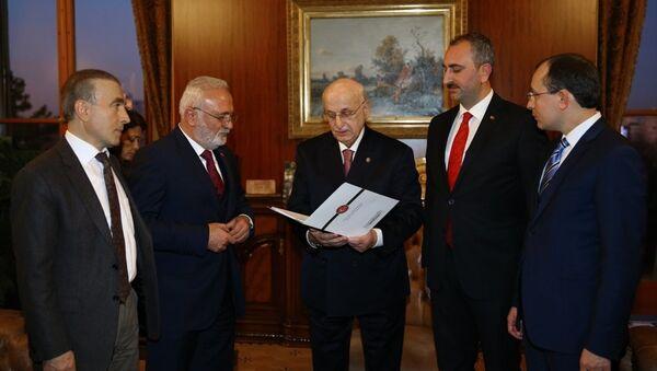 AK Parti'nin anayasa değişikliği teklifi TBMM Başkanı İsmail Kahraman'a sunuldu. - Sputnik Türkiye