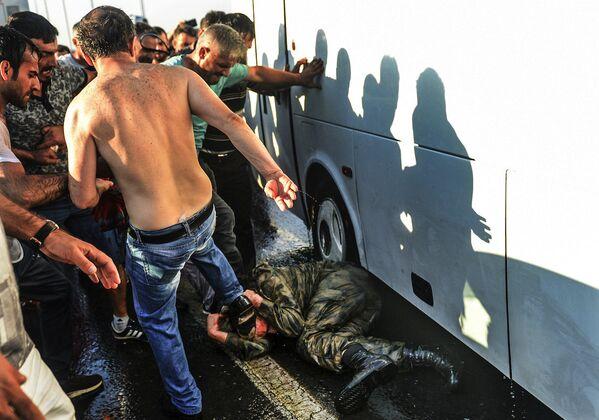 Darbe girişiminin ardından Boğaziçi Köprüsü'nde teslim olan askerler kalabalık tarafından linç edildi. - Sputnik Türkiye