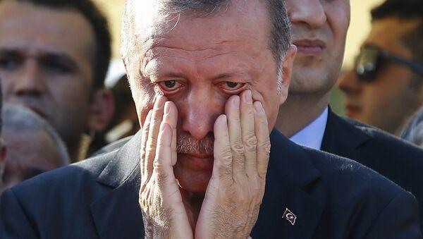 Cumhurbaşkanı Recep Tayyip Erdoğan, darbe girişimi sırasında öldürülen Mustafa Cambaz ile Erol ve Abdullah Olçak'ın cenazesinde gözyaşlarına hakim olamadı. - Sputnik Türkiye