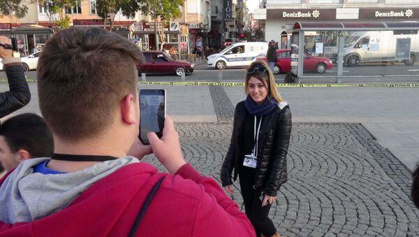 Şüpheli çanta ile hatıra fotoğrafı çektirdiler - Sputnik Türkiye