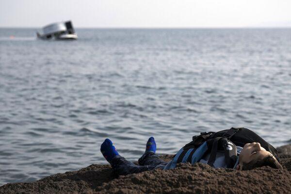 Çanakkale'nin Ayvacık ilçesinden Yunanistan'ın Midilli adasına geçmeye çalışırken hayatını kaybeden bir sığınmacı. - Sputnik Türkiye