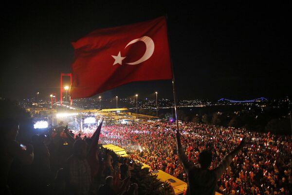 Darbe girişiminden bir hafta sonra, 15 Temmuz Şehitler Köprüsü'nde 'Başladığı yerdeyiz' sloganıyla düzenlenen eylem. yüz binlerce kişinin katıldığı bir eylem düzenlendi. - Sputnik Türkiye