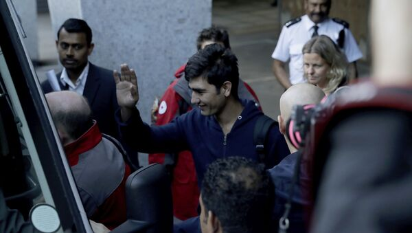 Calais'ten İngiltere'ye getirilen çocuk sığınmacılardan biri gazetecileri selamlıyor - Sputnik Türkiye
