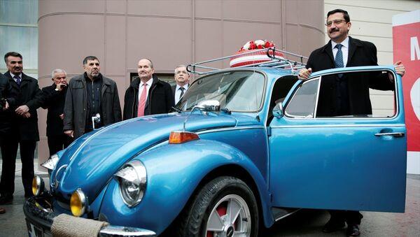 Keçiören Belediyesi'nce başlatılan 'Milli Paramız, Milli Davamız' kampanyasıyla, döviz bozduran vatandaşlar, gerçekleştirilecek çekilişle 1974 model Vosvos kazanma şansı elde edecek. - Sputnik Türkiye
