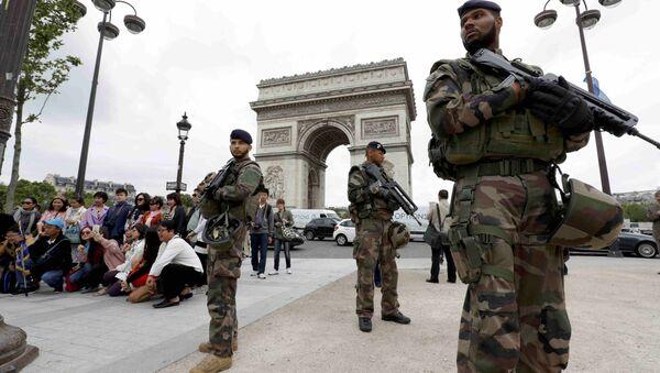 Paris'teki Zafer Takı önünde nöbet tutan Fransız askerleri - Sputnik Türkiye
