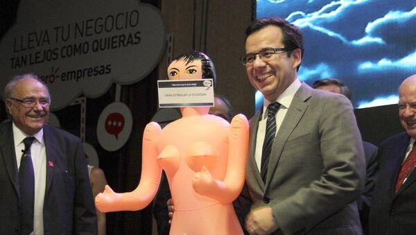 Şili'de Ekonomi Bakanı Luis Felipe Cespedes'e, yılbaşı hediyesi olarak şişme kadın verildi - Sputnik Türkiye
