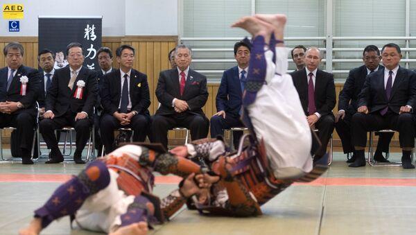 Vladimir Putin, Uluslararası Kukodan Judo Enstitüsü'nü de ziyaret etti / Video haber - Sputnik Türkiye