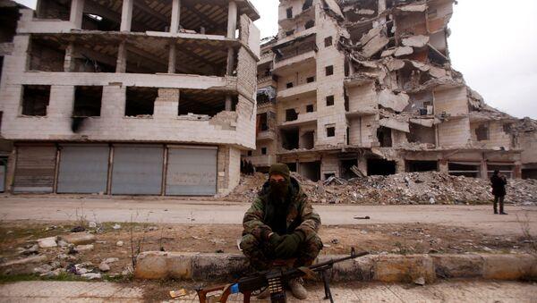 Halep'te bir Suriye askeri zarar görmüş binaların önünde oturuyor - Sputnik Türkiye