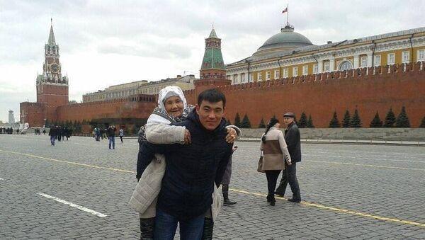 Kırgızistanlı Azamat Bulatov, yaşlı, hasta ninesini arzusu üzerine Moskova'nın Kızıl Meydanı'nda sırtında dolaştırdı. - Sputnik Türkiye