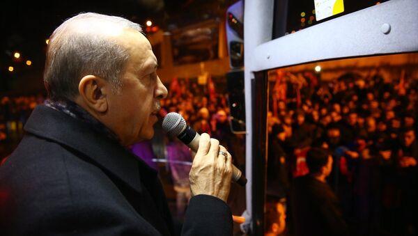Cumhurbaşkanı Erdoğan, Trabzonlulara otobüsten seslendi - Sputnik Türkiye