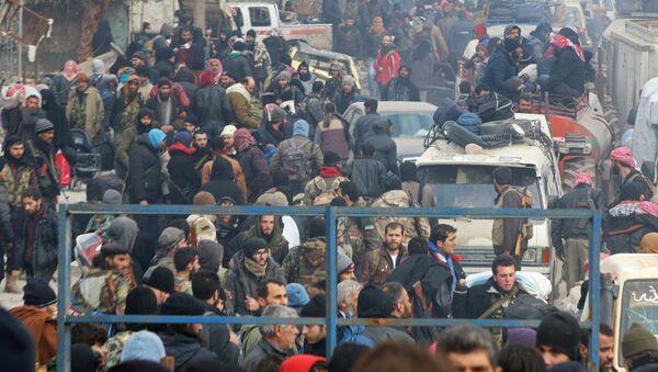 Halep'te tahliye edilmeyi bekleyen militanlar ve siviller - Sputnik Türkiye