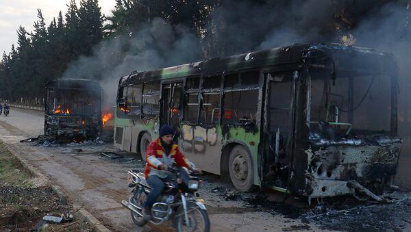 Silahlı militanların İdlib'te yaktığı tahliye otobüsleri - Sputnik Türkiye